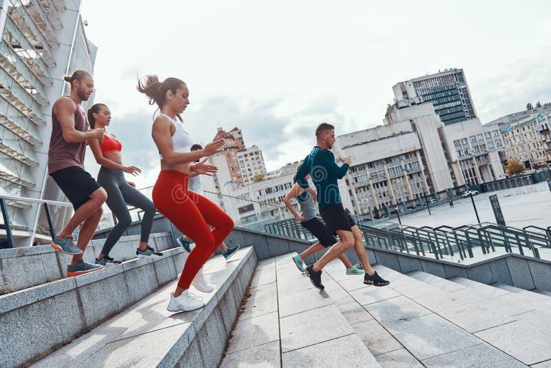 Gruppo di giovani in abbigliamento di sport fotografia stock
