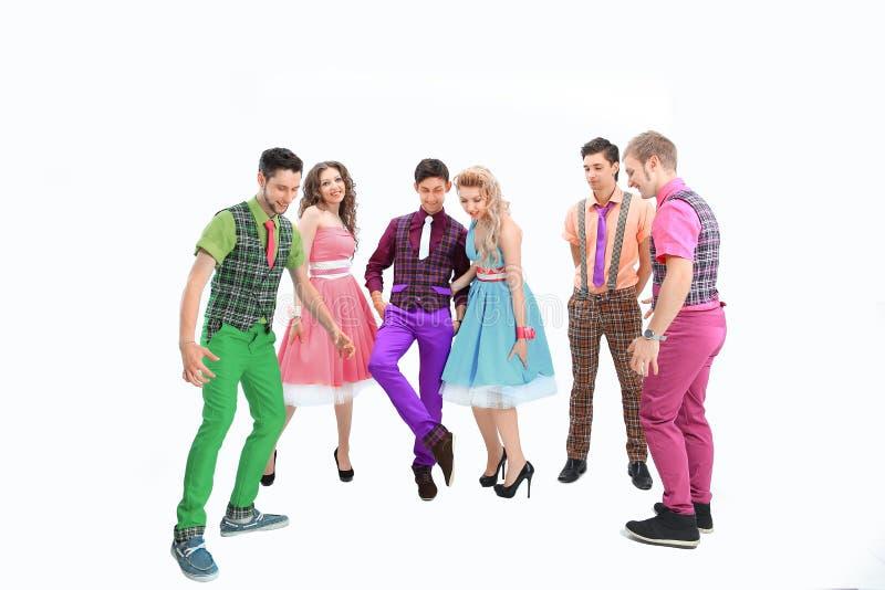 Gruppo di giovani alla moda vestiti in vestiti luminosi con stile retro fotografia stock