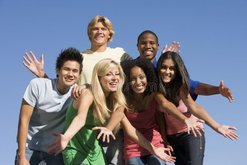 Gruppo di giovani amici all'esterno immagini stock libere da diritti
