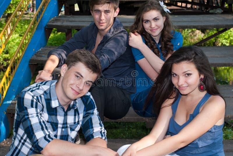 Gruppo di giovani che propongono all'aperto fotografia stock