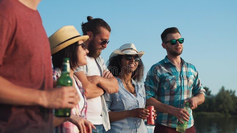 Gruppo di giovani che si rilassano con le birre immagine stock