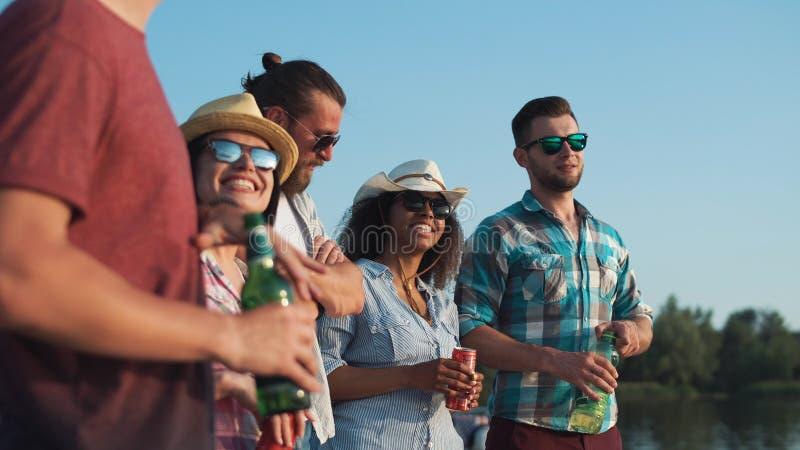 Gruppo di giovani che si rilassano con le birre e le bevande immagini stock libere da diritti