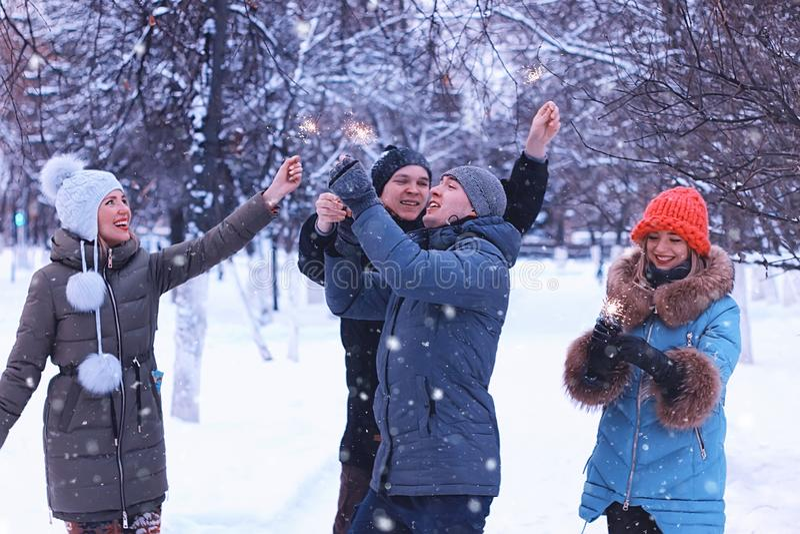 Gruppo di giovani con le stelle filante in vacanza immagine stock