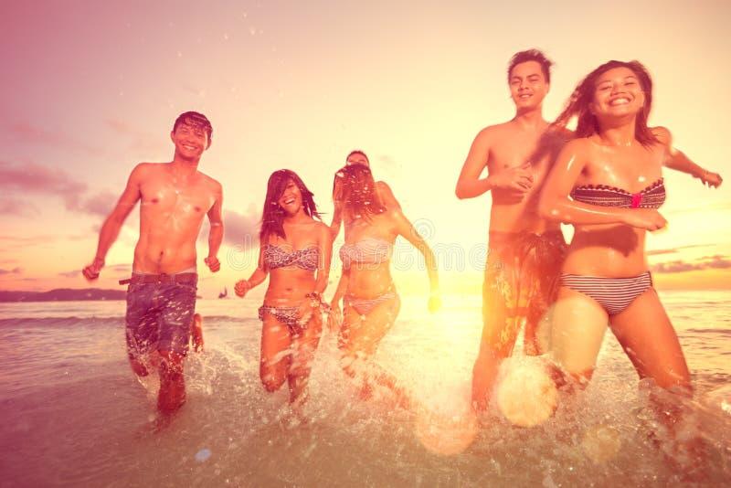 Gruppo di giovani divertendosi sulla spiaggia fotografia stock