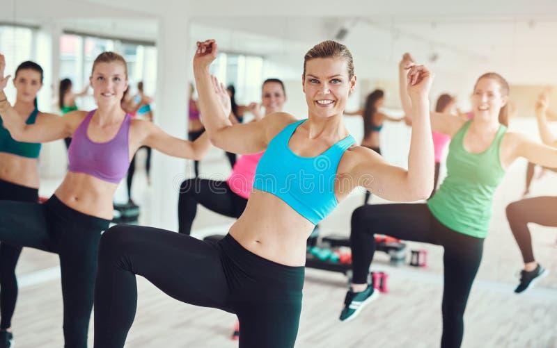 Gruppo di giovani donne che praticano aerobica fotografie stock libere da diritti