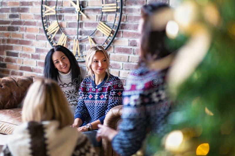 Gruppo di giovani donne che vanno in giro sul partito di un nuovo anno fotografia stock