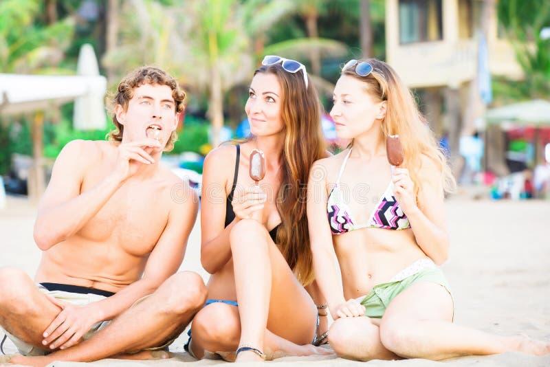 Download Gruppo Di Giovani Felici Che Mangiano Il Gelato Sopra Immagine Stock - Immagine di gioia, celebrazione: 55359297
