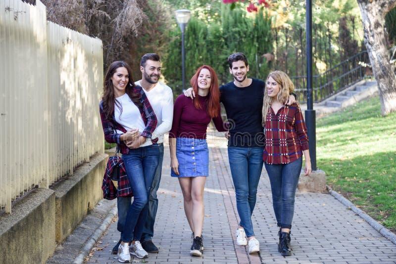 Gruppo di giovani insieme all'aperto nel fondo urbano fotografie stock