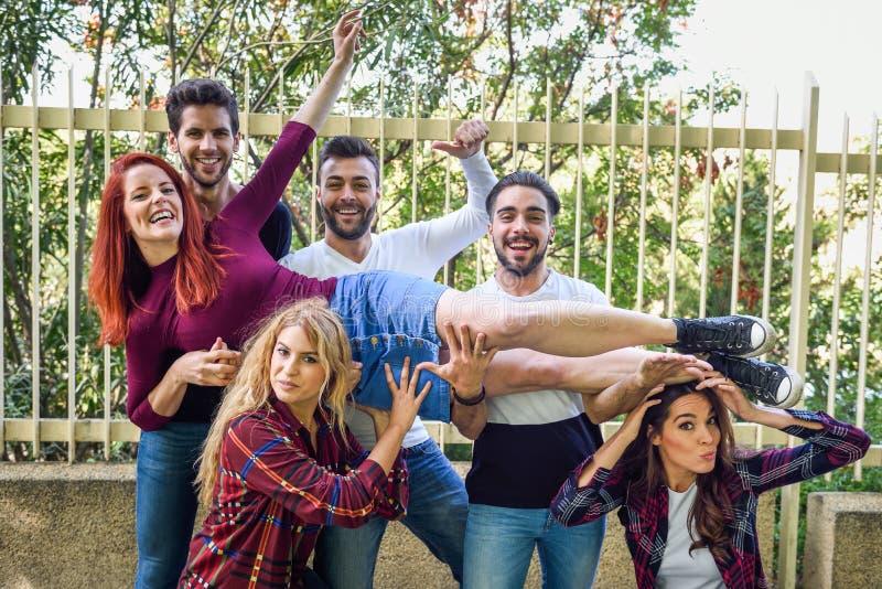 Gruppo di giovani insieme all'aperto nel fondo urbano fotografia stock libera da diritti