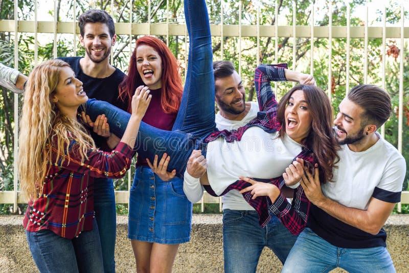 Gruppo di giovani insieme all'aperto nel fondo urbano immagini stock libere da diritti