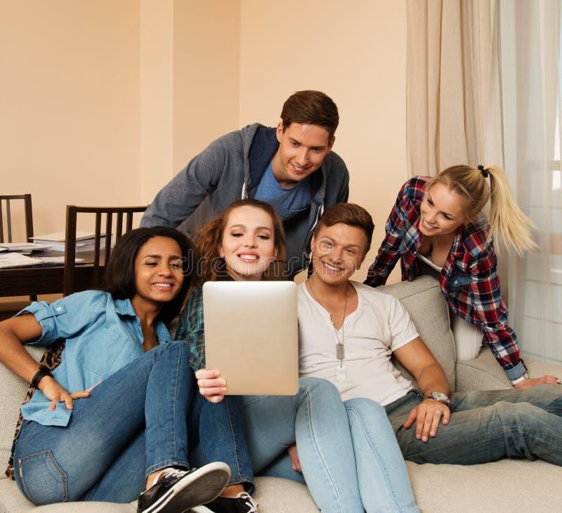 Gruppo di giovani multi amici etnici che prendono selfie fotografia stock