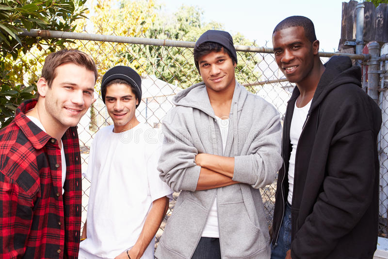 Gruppo di giovani nell'ambiente urbano che fa una pausa Fe immagine stock libera da diritti
