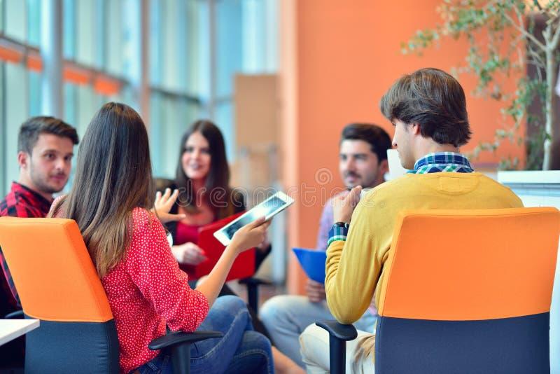 Gruppo di giovani professionisti di affari che hanno una riunione immagini stock libere da diritti