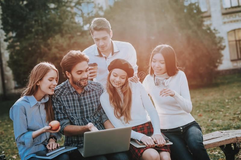 Gruppo di giovani siedasi freelance hipster immagine stock