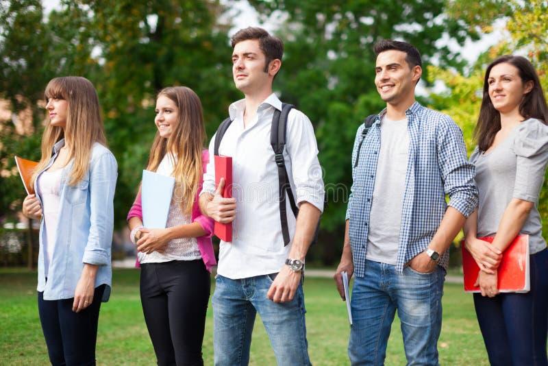 Gruppo di giovani studenti all'aperto immagini stock