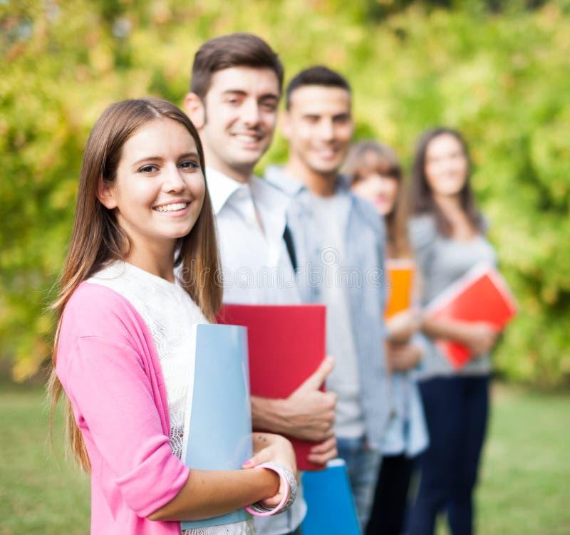 Gruppo di giovani studenti all'aperto fotografia stock libera da diritti