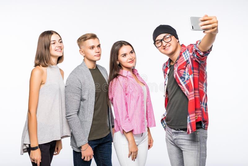 Gruppo di giovani studenti felici dell'adolescente che prendono la foto del selfie isolata su bianco fotografie stock libere da diritti