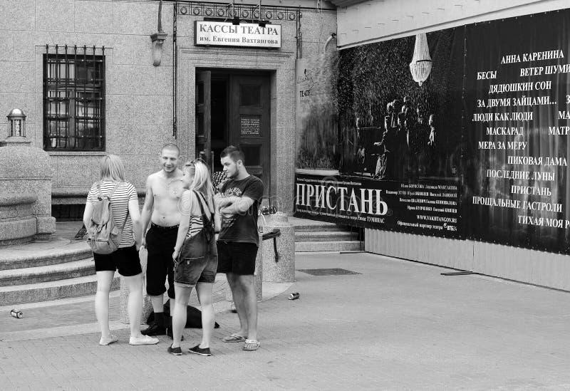 Gruppo di giovani vicino alla biglietteria del teatro accademico dello stato nominato dopo Evgeny Vakhtangov, vecchio Arbat, Mosc fotografie stock
