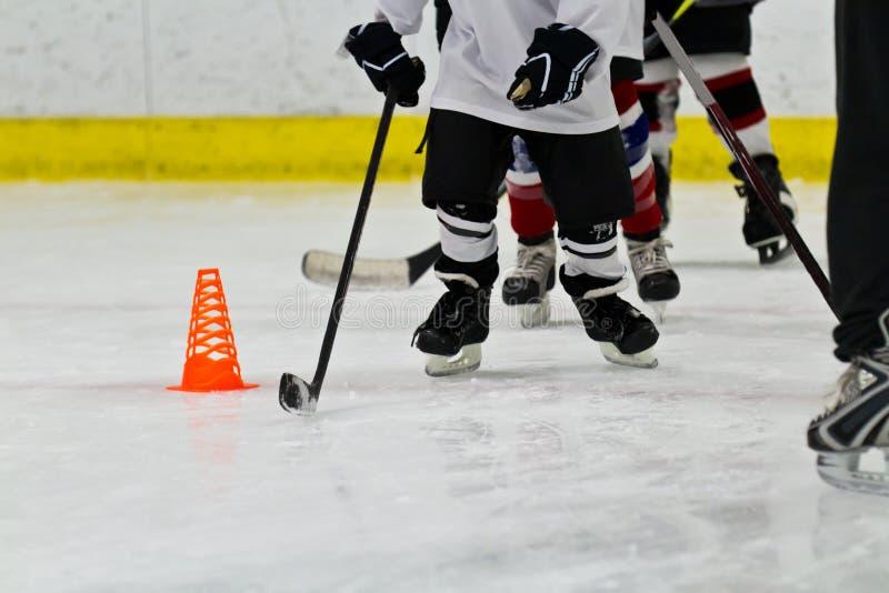 Gruppo di hockey su ghiaccio della gioventù a pratica fotografia stock libera da diritti