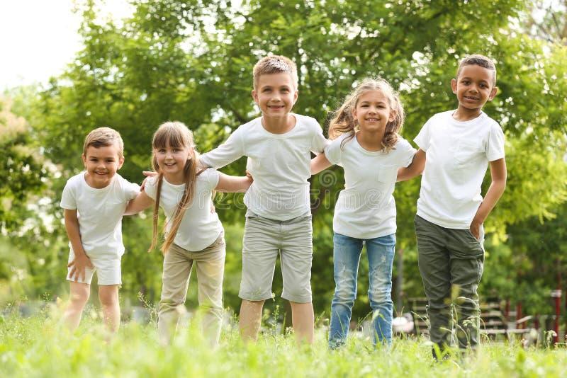 Gruppo di huddling dei bambini Progetto volontario immagini stock libere da diritti