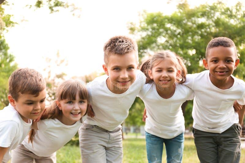 Gruppo di huddling dei bambini Progetto volontario fotografie stock libere da diritti