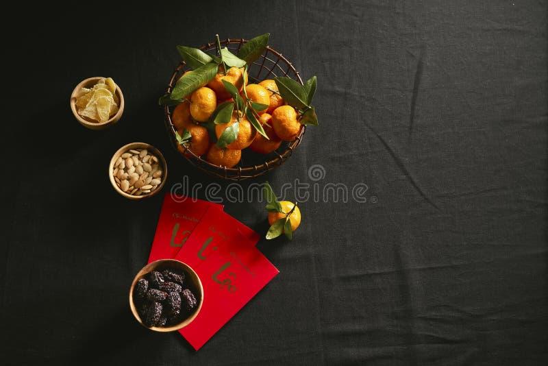 Gruppo di inceppamento vietnamita variopinto per la festa del Vietnam Tet, anche nuovo anno lunare dell'Asia, conserva frutta tra fotografia stock libera da diritti