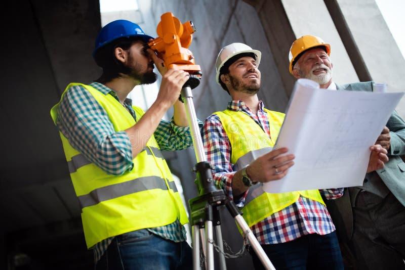 Gruppo di ingegnere di costruzione che lavora nel cantiere fotografia stock libera da diritti