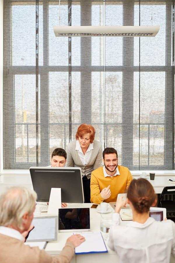 Gruppo di lavoro di e-learning in ufficio immagini stock
