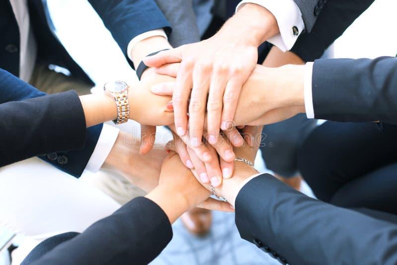 Gruppo di mani commoventi del gruppo dell'uomo d'affari insieme Fuoco selettivo fotografie stock