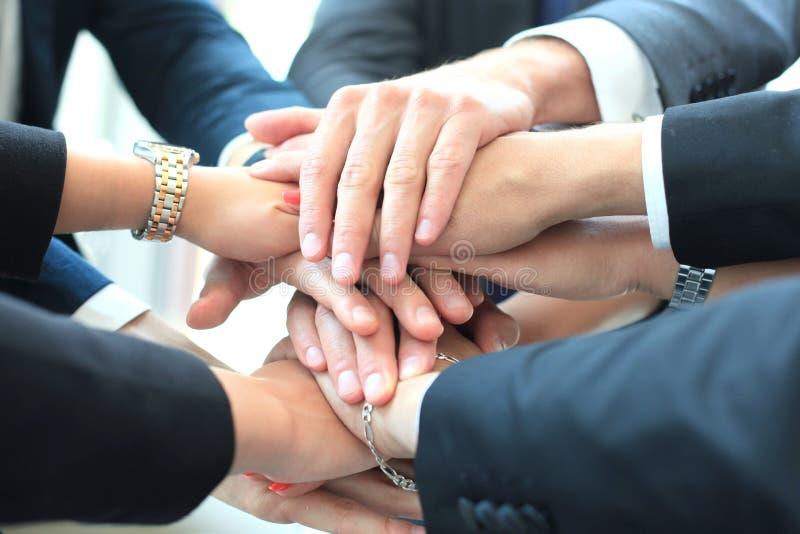 Gruppo di mani commoventi del gruppo dell'uomo d'affari insieme Fuoco selettivo immagini stock libere da diritti