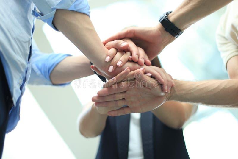 Gruppo di mani commoventi del gruppo dell'uomo d'affari insieme Fuoco selettivo immagine stock