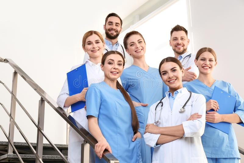 Gruppo di medici alla clinica immagini stock libere da diritti
