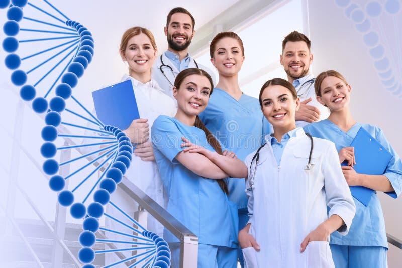 Gruppo di medici alla clinica ed alla formula del DNA fotografia stock