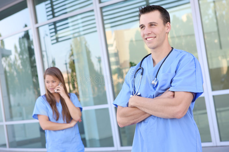 Gruppo di medici attraente all'ospedale immagine stock libera da diritti