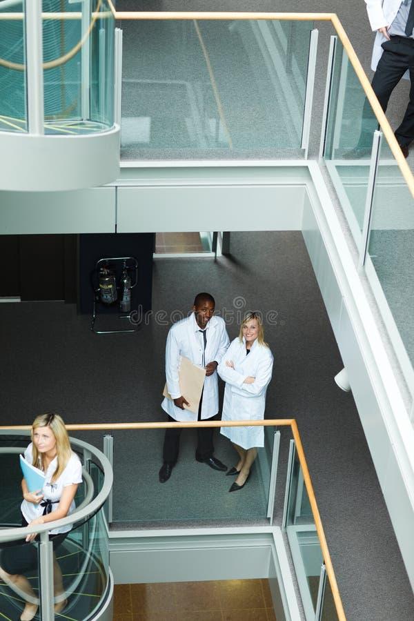 Gruppo di medici che camminano nell'ospedale immagini stock
