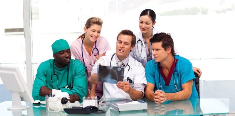 Gruppo di medici che esaminano i raggi X immagine stock