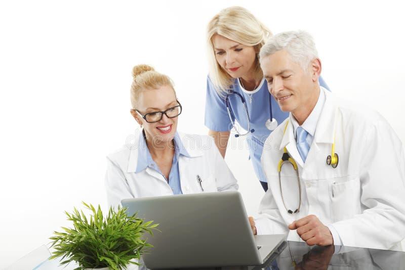 gruppo di medici che lavora con il computer portatile fotografia stock