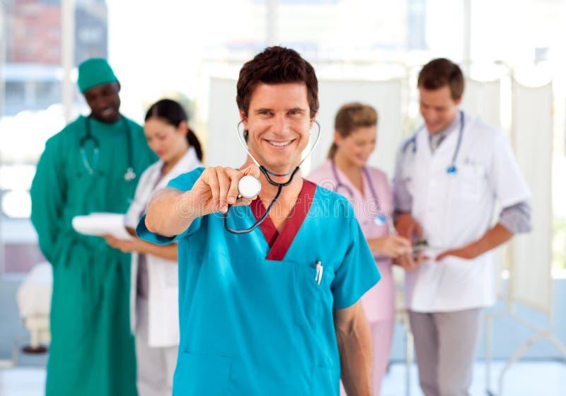Gruppo di medici che lavora in un ospedale fotografia stock