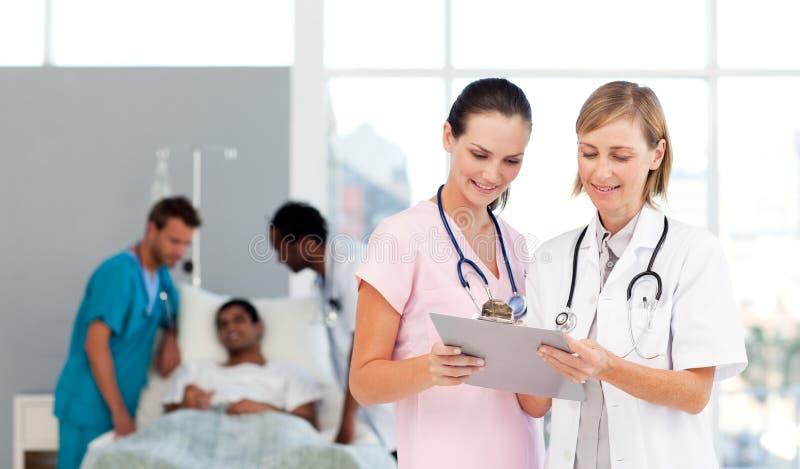 Gruppo di medici che presente ad un paziente fotografia stock libera da diritti