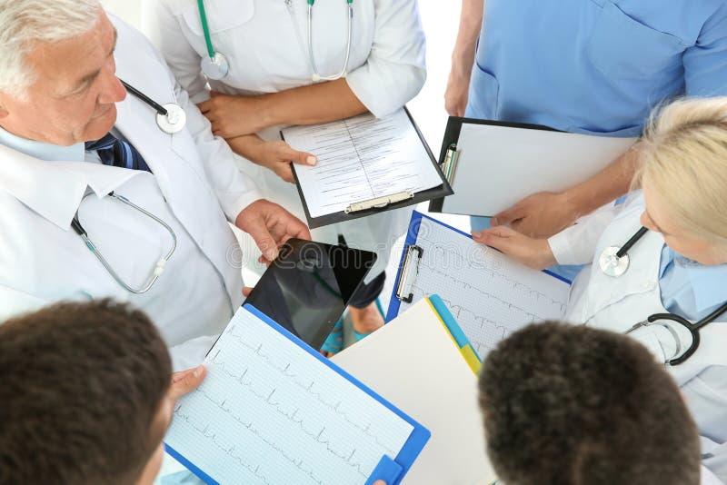 Gruppo di medici che presenziano alla riunione nella clinica immagine stock