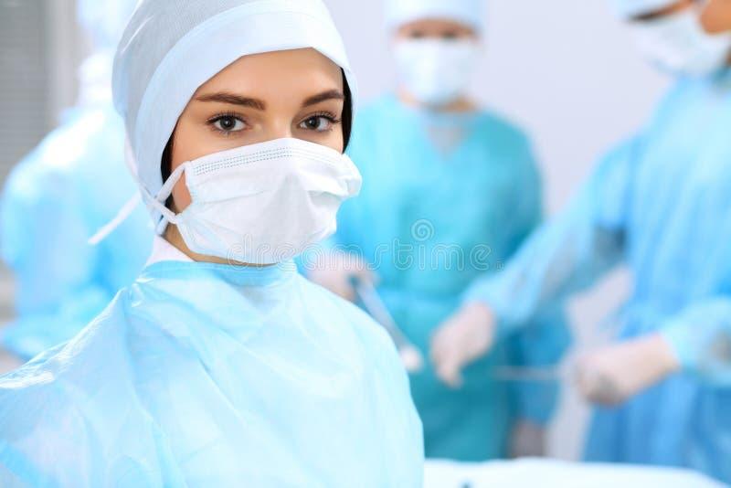 Gruppo di medici che realizza operazione Fuoco sul chirurgo femminile fotografie stock libere da diritti