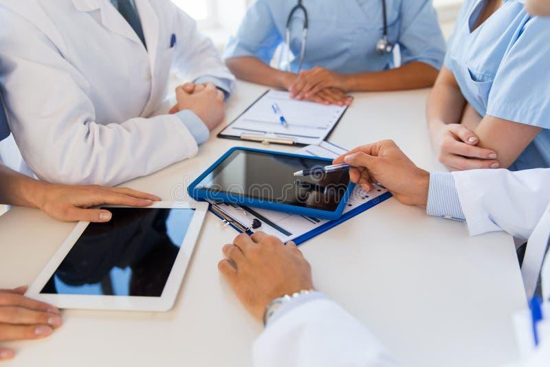 Gruppo di medici che si incontrano all'ufficio dell'ospedale immagine stock