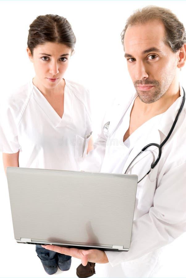 Gruppo di medici con il computer portatile fotografia stock libera da diritti