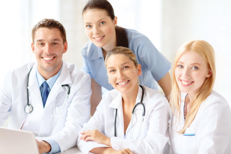 Gruppo di medici con il computer portatile fotografia stock