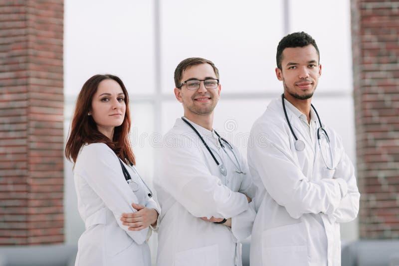 Gruppo di medici del centro medico che stanno insieme fotografia stock libera da diritti