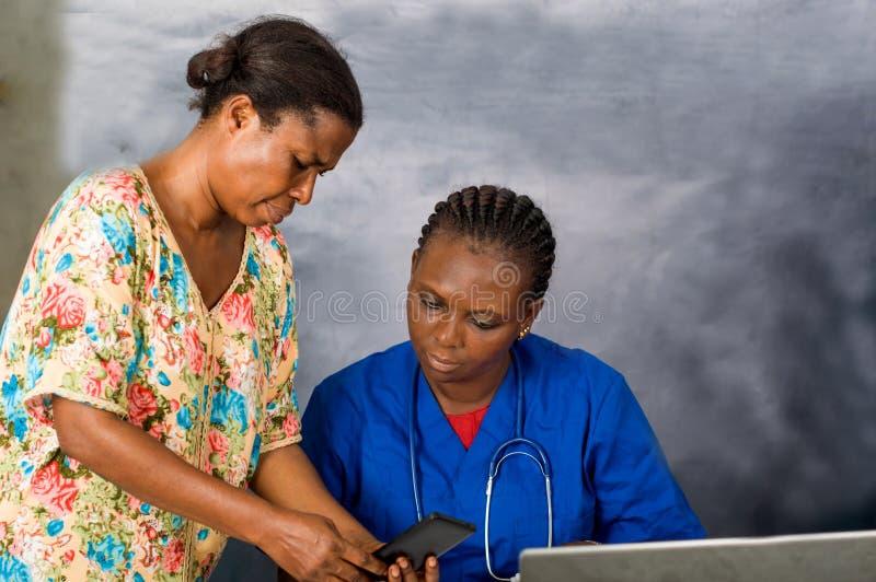 Gruppo di medici interattivo facendo uso di una compressa digitale immagine stock libera da diritti
