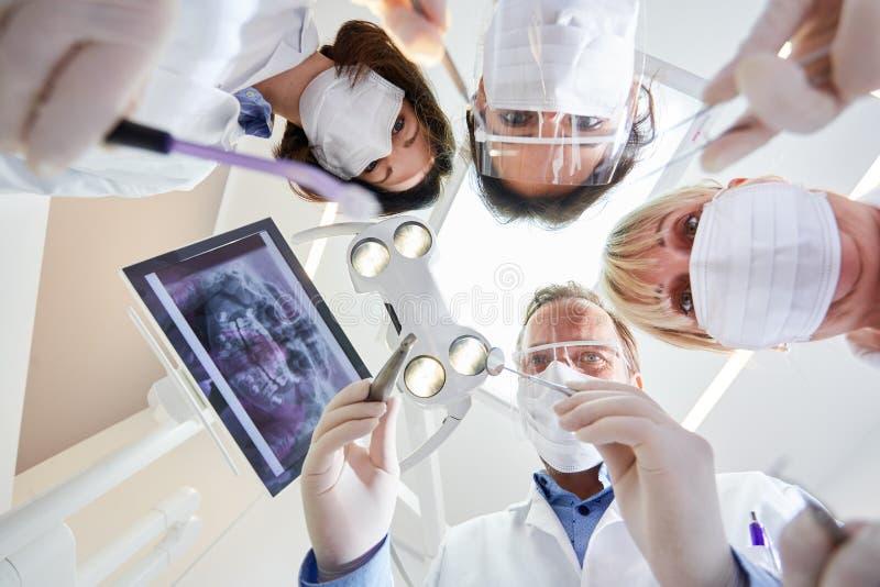 Gruppo di medici nella clinica dentaria di ambulatorio maxillo-facciale fotografia stock libera da diritti