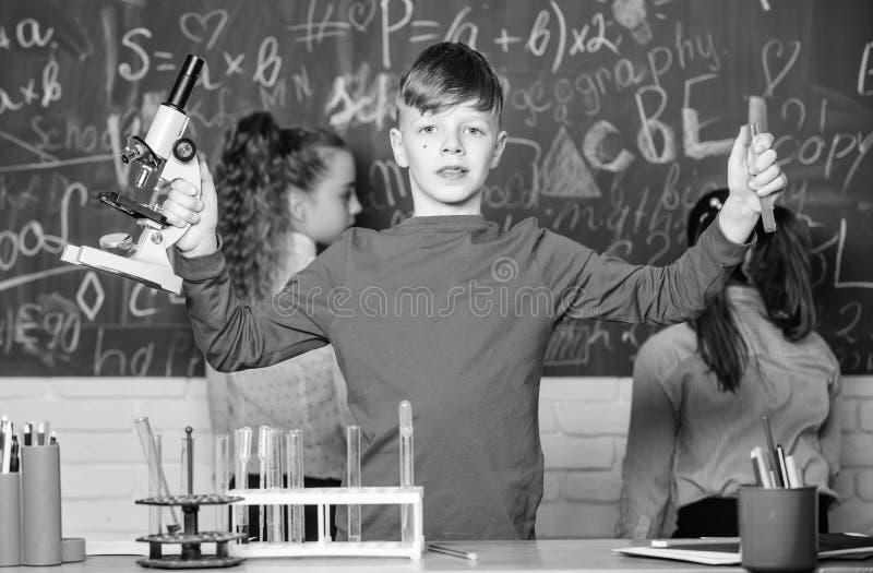 Gruppo di medici Piccolo bambini alla lezione della scuola Bambini che imparano chimica nel laboratorio della scuola Il giorno de fotografia stock libera da diritti