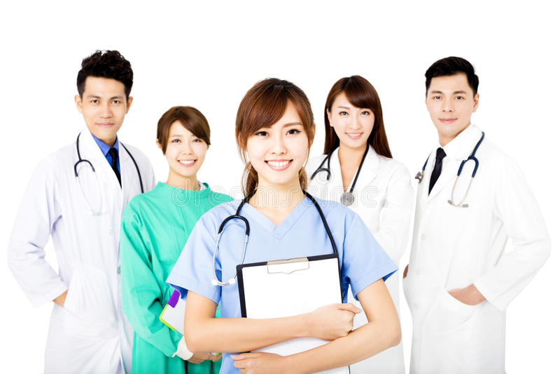 Gruppo di medici sorridente che sta isolato insieme su bianco fotografia stock