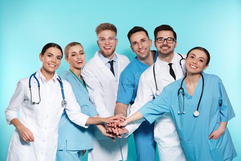 Gruppo di medici sul fondo di colore fotografia stock